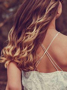 Mit Chemie an die eigenen Haare - ungerne! Doch mit diesen einfachen Hausmitteln kannst du deine braunen Haare ganz natürlich aufhellen. Wie von der Sonne geküsst.