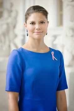 The Swedish Royal Court released a new picture of Crown Princess Victoria with a pink ribbon on her chest as patron of Cancerfonden. Each year a new picture is released as support for the foundation Princess Victoria Of Sweden, Crown Princess Victoria, Crown Princess Mary, Princess Charlotte, Prince Albert, Queen Vic, Style Royal, Swedish Royalty, Prince Daniel