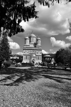Iulia K.'s blog: Curtea de Argeș Monastery Photo & Copyright: Iulia-Maria Kycyku Bury, Artistic Photography, 16th Century, Big Ben, Royals, Monochrome, Taj Mahal, Cathedral, Queens