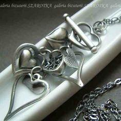 podaruj serce swojej Mamie Naszyjnik wykonany w całości z oksydowanego srebra  Wisior złożony jest z serduszek różnej wielkośc zobacz więcej w KuferArt.pl