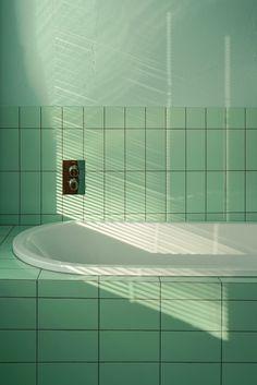 Green bathroom - photography by interior architect Tekla Evelina Severin Mint Green Aesthetic, Aesthetic Colors, Bad Set, Bad Inspiration, Green Photo, Bathroom Interior, Industrial Bathroom, Bathroom Green, Slate Bathroom