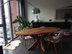 Een supergave ovale tafel met kruispoot van Iroko hout. In alle houtsoorten en afmetingen leverbaar.