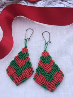 Green and red handmade macrame drop earrings by Vicrame on Etsy