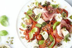 Italiaanse antipasti salade Caprese Salad, Healthy Recipes, Healthy Meals, Food And Drink, Low Carb, Keto, Lunch, Mozzarella, Zucchini