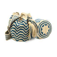 Con este bolso estaras a la ultima en bolsos wayuu, fabricados 100% a mano con los mejores materiales.