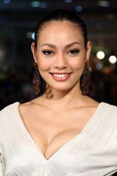 "Bongkoj Khongmalai, nacio el 15 de abril 1985, también llamada ""Tak"", es una actriz Tailandesa.    (2013) - Jan Dara Pathommabot (Jan Dara the Beginning). Genero: Drama  (2012) - Plon Naya 2 (Spicy Beauty Queen of Bangkok 2). Genero: Acción  (2012) - Mae Nak 3D  Genero: Terror  (2008)Tewada Ta Ja Teng (Ángel de Theng)  (2008) - Khon fai luk (Burn)  Genero: Thriller  (2006) - Ammahit phitsawat (The Passion)  Genero: Suspense  (2006) - Chai lai (Dangerous Flowers)  Genero: Acción  (2005)…"