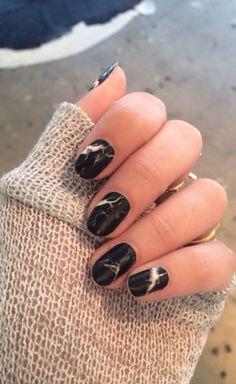 ногти, нейл-ар, маникюр мраморный, черные ногти, белые блики на ногтях.
