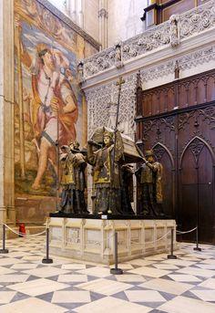 La tumba de Cristóbal Colón en la catedral de Sevilla,que también es tercera catedral más grande