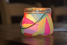 Knutselen is altijd leuk en zeker als je het samen met de kinderen kan doen. Maak samen dit lampionnetje en breng wat kleur in de woonkamer!