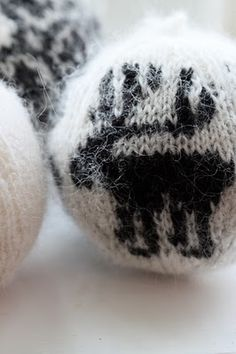 Think I could make crochet ones of these.  Christmas   Xmas   Jul   Noël. DIY: Decoration. Knitted.