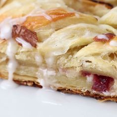Cranberry Cream Cheese Braid-- I'd like it better without the cranberries. Köstliche Desserts, Delicious Desserts, Dessert Recipes, Yummy Food, Cooking Recipes, Cooking Videos, Cooking Games, Food Videos, Love Food