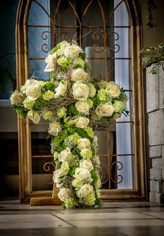 Wer lernt mit Lasten zu leben, ist stark für die Zukunft #Kreuz #Rosen #Trauer #Abschied #Hoffnung #Floristik EBK-Blumenmönche Blumenhaus – Google+ Church Flowers, Funeral Flowers, Wedding Flowers, Funeral Sprays, Casket Sprays, Funeral Flower Arrangements, All Saints Day, Sympathy Flowers, Altar