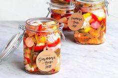 Per la ricetta della giardiniera, mondate tutte le verdure, tranne le cimette di cavolfiore, e tenetele separate. Tagliate le carote a fetta di salame e i ...