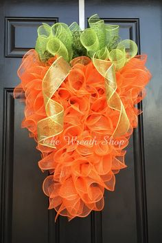 Carrot Wreath Tutorial - How to make a Deco Mesh Carrot Shaped Wreath wreaths Deco Mesh Carrot How To Wreath Crafts, Diy Wreath, Wreath Ideas, Couronne Diy, Mesh Wreath Tutorial, Nagel Blog, Diy Ostern, Deco Mesh Wreaths, Yarn Wreaths