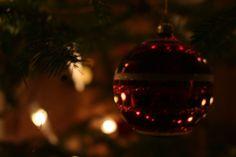 🎄 Vom Weihnachtsbaum zur Silvesterparty? 🎆  Gedanken rund um die Zeit zwischen Weihnachten und Neujahr gibt's auf meinem Blog ➡️ Link in der Bio ⬅️ #weihnachten #weihnachtenvegan #weihnachtsgeschichte #erinnerungen #kindheit #memories #amateuphotography #amateurauthor #blogpost #bindablogging #minimalistisch #minimalismlifestyle #minimalismusleben #simplelife #austrianblogger #achtsamkeitimalltag #achtsameradvent #achtsamkeit #bewusstleben #bewusstsein #zerowaste #zerowasteaustria… Red Wine, Christmas Bulbs, Alcoholic Drinks, Holiday Decor, Glass, Blog, Christmas Carol, New Years Eve Party, Consciousness