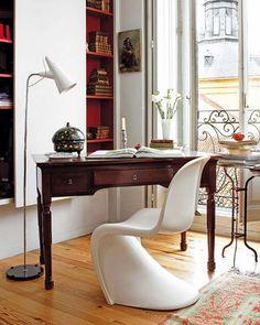 Очень элегантно. Белое кресло с гладкими формами. Классический письменный стол. Напольная лампа вместо настольной