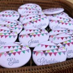 http://www.lespetitscadeaux.com/aimants-badges-miroirs-more-/274-les-petits-badges-nominatifs-personnalises.html