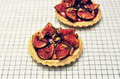Douceur de saison avec ces tartelettes sucrées/salées : http://petitstudio.fr/les-tartelettes-aux-figues-et-chevre/