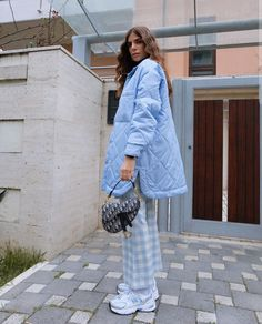 #casualstyle #fashion #look #ootd #styleinspo #monochromatic #jacket #quiltedcoat #duvet #gingham #printedpants #sneakers #newbalance #christiandior #diorbag . IG credits: elliiallii