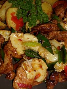 Hermelínové kuřecí nudličky                 Na rozehřátém oleji zpěníme nadrobno nakrájenou cibulku, přidáme kuřecí maso nakrájené na nudličky a pórek nakrájený na kolečka. Osmahneme,...