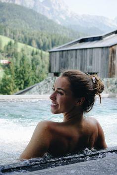 Auf 3.800 m² finden Sie im waldSPA einen Adults-Only-Bereich mit Außergewöhnlichem: Nutzen Sie die große Altholzsauna mit Blick auf unser Wildgehege, beruhigende Kräuter- und Dampfbäder und Bio-Saunen. Tanken Sie die Kraft der Alpen in unserem Außenpool mit Bergblick, relaxen im Whirlpool am Waldesrand oder wagen einen Sprung in den Bio-Badesee. Für Fitnessbegeisterte bieten wir ein großzügiges Fitnesscenter, individuelle Beratung mit einem Personaltrainer und Kurse im Rahmen des… Sauna, Bikinis, Swimwear, Game Reserve, Steam Bath, Time Out, Earth, One Piece Swimsuits, Bikini Swimsuit
