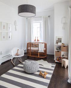 Une chambre de bébé blanche et grise. J'aime les larges rayures du tapi