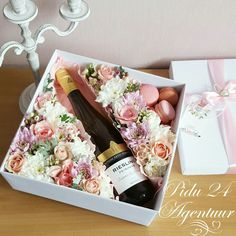 Pentru o persona speciala din tot sufletul si cu tot respectul Flower Box Gift, Flower Boxes, Flowers, Creative Gift Wrapping, Creative Gifts, Chocolate Bouquet, Deco Floral, Wine Gifts, Corporate Gifts