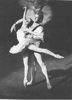 "Наталия Бессмертнова (Одетта) и Александр Годунов (принц Зигфрид)  в балете ""Лебединое озеро"""