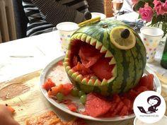 Monster-Melone für einen Kindergeburtstag. Einfach die Melone vorsichtig aushöhlen, große Stücke belassen und danach Zähne einschneiden. Augen auflegen und fertig ist das Monster für die Party! Mehr Infos auf https://mamaskind.de.