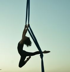 Probably could be done on a single-point aerial yoga hammock, right? Yoga Hammock, Aerial Hammock, Aerial Hoop, Aerial Arts, Aerial Acrobatics, Aerial Dance, Aerial Silks, Art Du Cirque, Circus Art