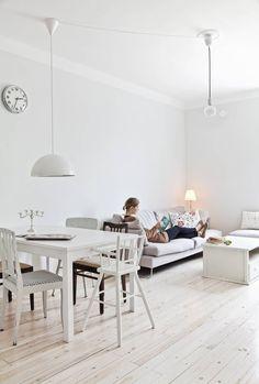 Iskusta hankittu sohva oli ainoa huonekalu, joka ostettiin uuteen kotiin. Ruokapöydän hauskasti erilaiset tuolit pelastettiin Villen mummolan vintiltä. Pöydän yllä oleva valaisin on Ikeasta.