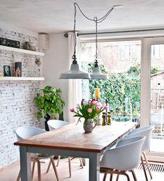 Regula la altura de las lámparas que coloques sobre la mesa del comedor para evitar deslumbrar a los comensales. Una medida adecuada puedes ser entre 70 y 80 cm.