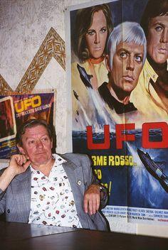 https://flic.kr/p/3jS68b | Incontro con Ed Bishop, Ed con manifesto di UFO, ottobre 1998 | Incontro organizzato dall'associazione ISOSHADO, gruppo fan del telefilm UFO Ed Bishop α 11 june 1932 Ω 8 june 2005