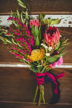Inspo Wild protea bouquet as bride flowers. No roses or other typical flowers in a wedding bouquet Bouquet Bride, Protea Bouquet, Floral Bouquets, Bouquet Flowers, Protea Wedding, Floral Wedding, Wedding Bouquets, Wedding White, Wedding Hijab