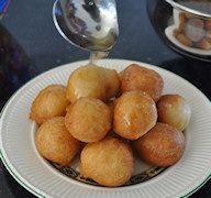 Griekse specialiteit: Loukoumades, Griekse, zoete oliebolletjes met honingsiroop