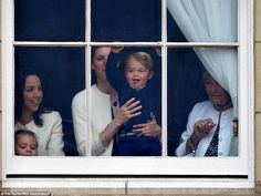 Prince George, being held by Nanny Maria, watching the Duke and Duchess of Cambridge participate in Trooping the Colour from a Buckingham Palace window. Princesa Charlotte, Princesa Diana, Prince William Et Kate, Prince George Alexander Louis, Prince Charles, William Kate, Duchess Kate, Duke And Duchess, Duchess Of Cambridge