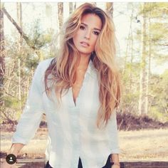 Kittenish Flannel - New With Tags on Mercari Jessie James Decker Hair, Jesse James Decker, Face Shape Hairstyles, Cool Hairstyles, Blonde Balayage, Blonde Hair, Haircut For Big Forehead, Short Curls, Black And Blonde