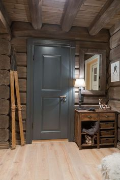 Hall - gorgeous color for interior doors. Chalet Design, House Design, Cabin Homes, Log Homes, Chalet Interior, Interior Doors, Kitchen Interior, How To Build A Log Cabin, Dere