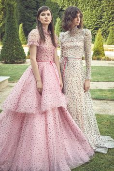 Monique Lhuillier Spring 2019 Ready-to-Wear By: Lourdes Mestre – Editor-in-Chief – FashionWeek.Pro – August 2018 Let Them Eat Cake: Monique Lhuillier's Whimsical French… Monique Lhuillier, Couture Mode, Couture Fashion, Dress Fashion, Fashion Mode, Runway Fashion, Trendy Fashion, Style Fashion, Ellie Saab