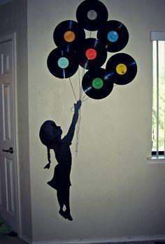 Süße Wangestaltung. Mädchen mit Schallplatten als Luftballons. >> balloons