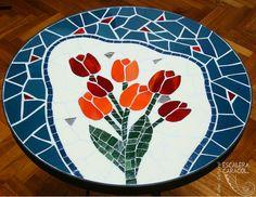 Mesa en mosaico, realizada por Laura Pignotti. http://tallerescaleracaracol.com/artes-del-fuego/mosaico/mandalas/