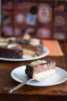 Meine Birnen-Schokomousse-Torte lässt eure Gäste staunen. Auf zwei verschiedenen Kuchenböden (einer knackig, der andere luftig-leicht) thront eine lockere Schokoladenmousse mit fruchtigen Birnenstücken.