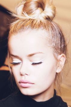 Topknots, white wing-tipped eyeliner and pale pink lips backstage at Nanette Lepore Spring white wing-tipped eyeliner and pale pink lips backstage at Nanette Lepore Spring All Things Beauty, Beauty Make Up, Hair Beauty, Top Beauty, Eye-liner Blanc, Eyeliner Trends, Beauty Trends, Beauty Hacks, Artist Makeup
