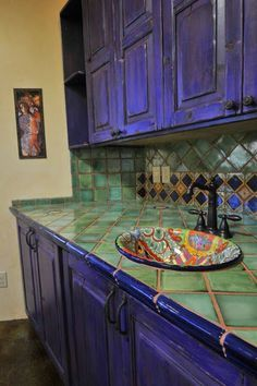 Purple Kitchen Cabinets, Green Kitchen, Bathroom Cabinets, Spanish Kitchen, Mexican Kitchens, Mexican Kitchen Decor, Tile Countertops, Kitchen Backsplash, Home Decor Ideas