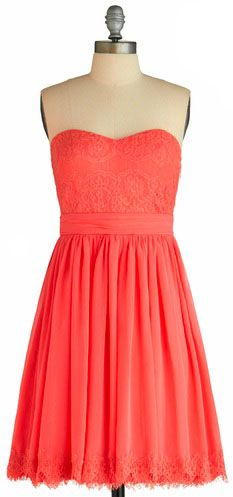 A presh dress with a sweetheart neckline is #arianagrande's go-to wardrobe staple. We love this piece from @ModCloth