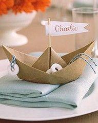 Idea linda pero simple - Barco origami plegado de papel artesanal, añadir una bandera, cuerda salvavidas y algunos panaderos dulces