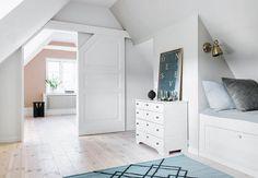 Dominerende skråtak kan gjøre det vanskelig å innrede gode rom. Vi forandret de trange rommene til en luftig etasje med gjesterom og masse oppbevaringsplass.