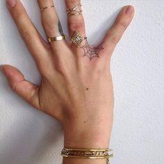 Tatuajes para tus dedos que no te harán ver como una 'wanna be'
