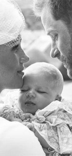 The Duke and Duchess of Sussex with baby Archie Mountbatton-Windsor. July The Duke and Duchess of Sussex with baby Archie Mountbatton-Windsor. Megan E Harry, Prince Harry And Megan, Prince Henry, Prinz Harry Meghan Markle, Harry And Megan Markle, Lady Diana, Royal Family Pictures, Markle Prince Harry, Prinz Charles