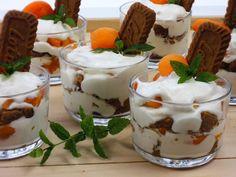 Smetanový dezert s meruňkami a karamelovými sušenkami